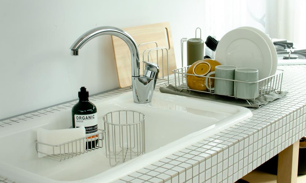 狭いキッチンもスッキリ。シンプルで使いやすいキッチンツールたち。